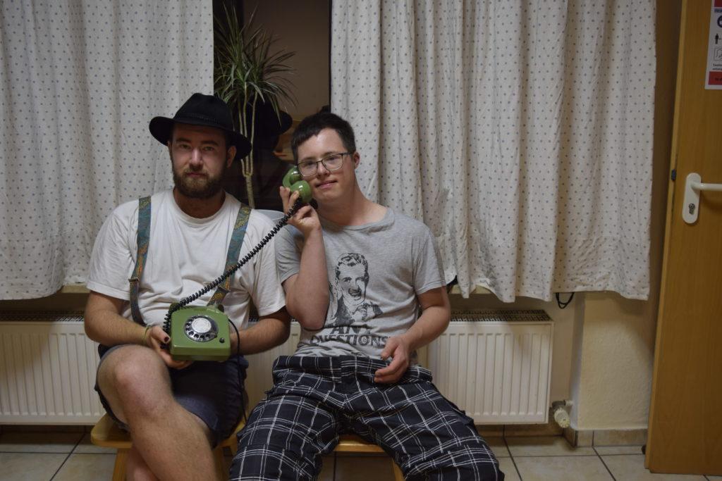 Benni und Maxi telefonieren.