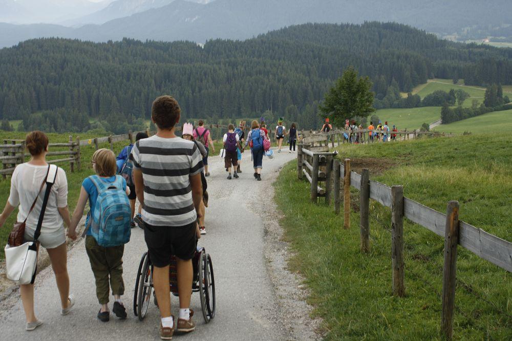 Eine Gruppe wandert einen Berg hinab.